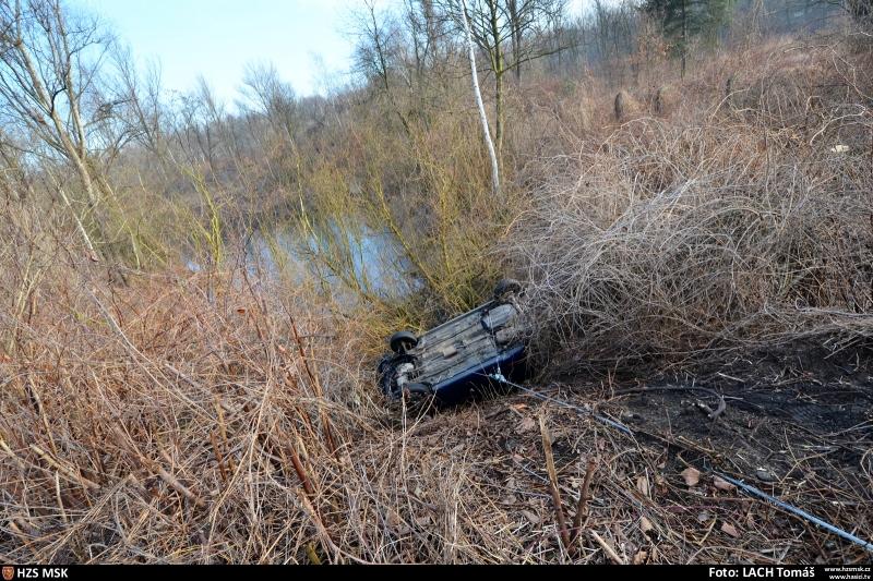 automobil-se-zritil-ze-srazu-temer-do-vody-hasici-vyprostovali-ridice-i-vozidlo-2-2