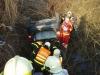 automobil-se-zritil-ze-srazu-temer-do-vody-hasici-vyprostovali-ridice-i-vozidlo-3-4
