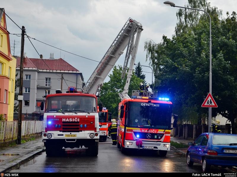 uder-blesku-zapalil-strechu-domu-rychlym-zasahem-hasici-dum-uchranili-11-2